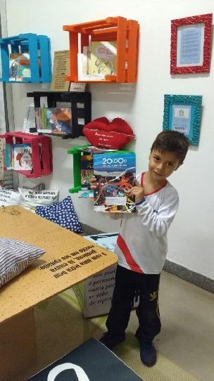 Iago Ribeiro Fávero, filho do pedagogo da unidade, Ânderson Ribeiro, seleciona o seu livro para ler no final de semana